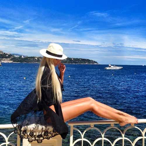 annaromanova_ posing next to sea