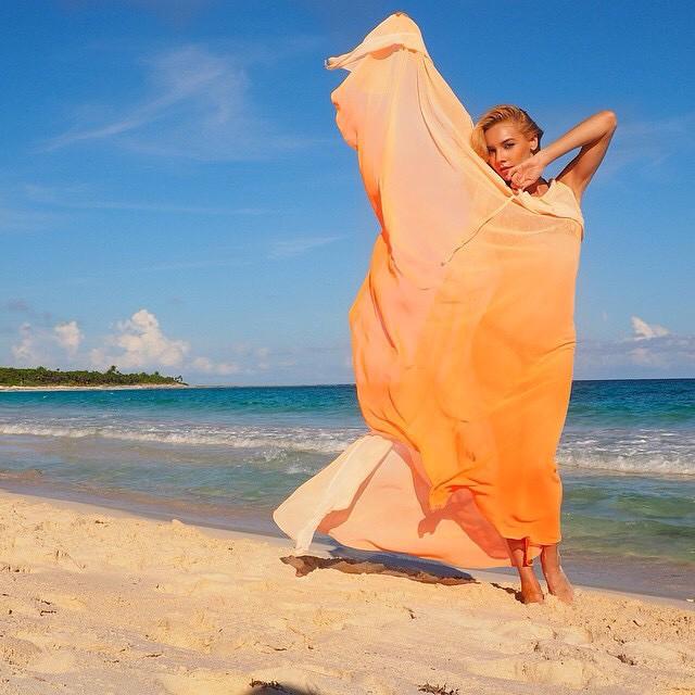Amazing beach kimono ? @desiree_anderson #jetsetbabe #beach #summer #kaftan #kimono