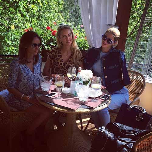viktoriiaiakubovska having a lunch with her friends