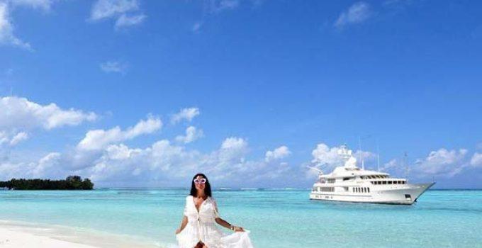 sofiasaravda posing next to a yacht