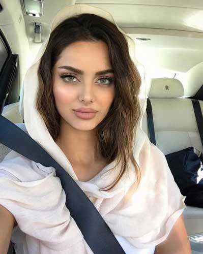 mahlaghajaberi with elegant look in car