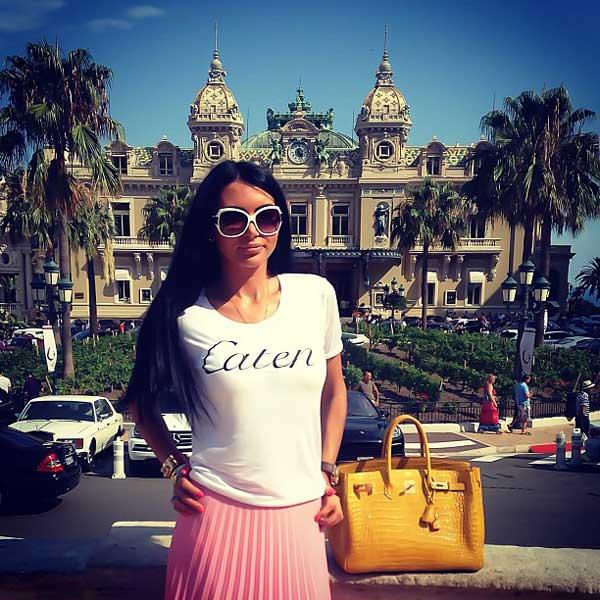 lady posing next to hotel de paris monaco